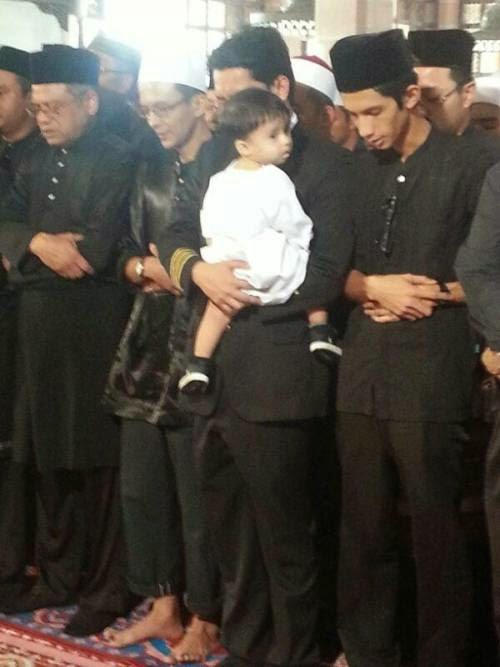 Anak Lelaki Ahmad Hakimi Sertai Solat Jenazah Bapanya