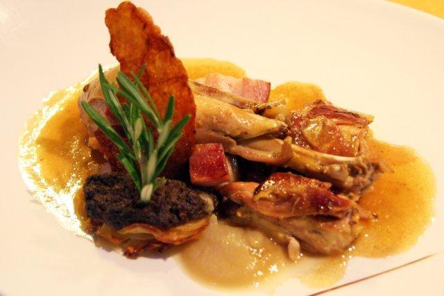 Pollo de corral Pitu de caleya con crema de repollo y pastel de patata-bacon en el restaurante AgU Alejandro Garcia Urrutia en Gijon