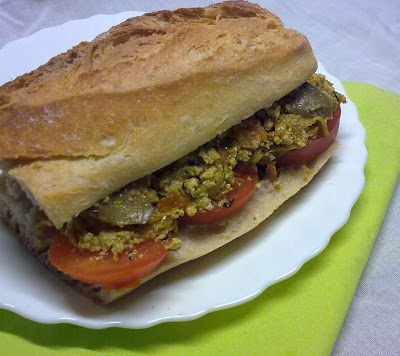Bocadillo Vegano de Revuelto de Tofu y Verduras.