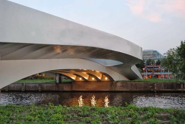 05-Na-Druk-Geluk-Brug-by-René-van-Zuuk-Architects