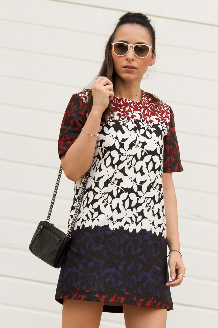 Outfit vestido corto linea recta con print de hojas