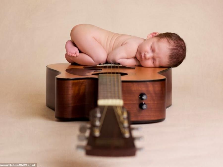 Foto de un bebé sobre una guitarra, Karen Wiltshire