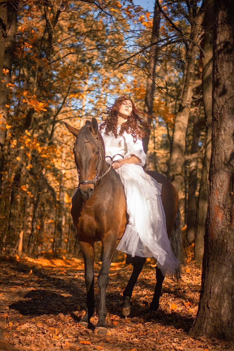 fille rousse en robe blanche sur un cheval par Dasha Kond