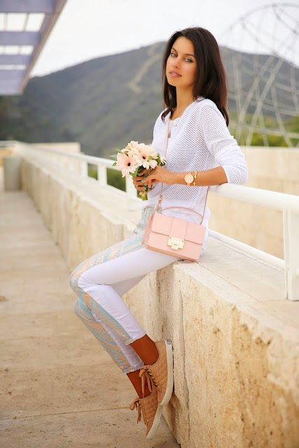 Look tons pastel tendencia primavera verão 2015 calças e t-shirt branca