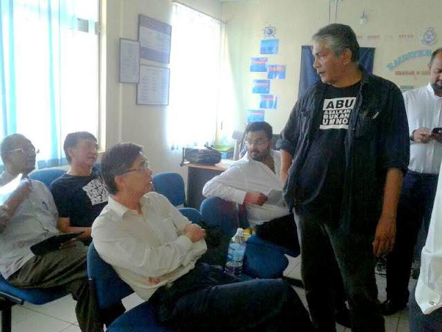 Tian Chua, Harris Ibrahim dan Tamrin Ghafar telah ditahan oleh pihak polis dan dibawa ke balai polis Jinjang untuk siasatan di bawah Akta Hasutan 1948.
