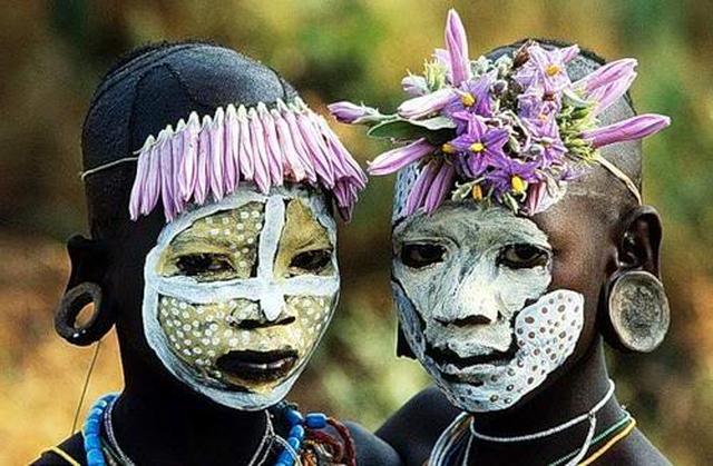 merupakan gambar-gambar dari salah satu suku yang terdapat di Papua ...