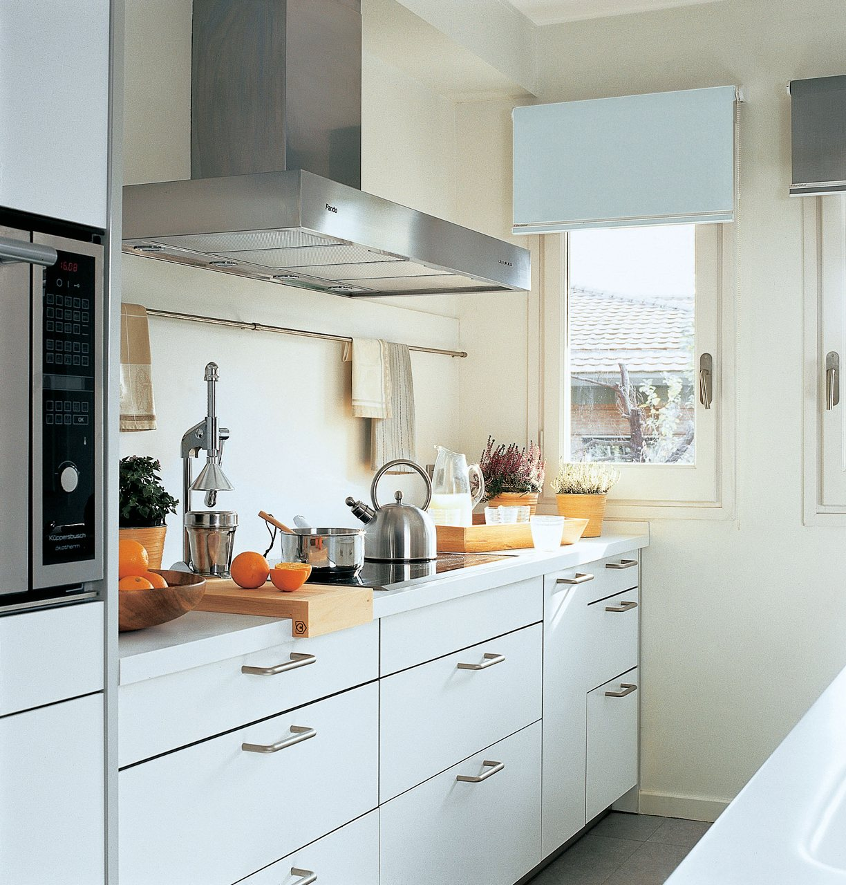 Decotips una cocina larga y estrecha no es problema for Ideas muebles cocina