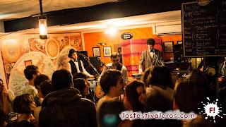 14. Toulouse. Festival Cultures Bar-Bars.Una banda salvaje se ha apropiado de La Mécanique des Fluides. Son Tom Souyeur & Les Petits Gregorys, un grupo de chanson-punk que lleva la sátira en las venas.