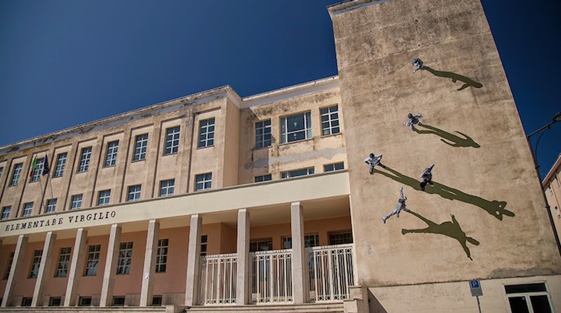 Sombras dan la ilusión de figuras caminando sobres las paredes de escuela