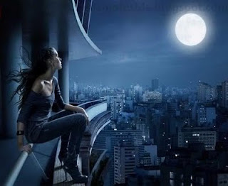 صورة بنت حزينة مع القمر
