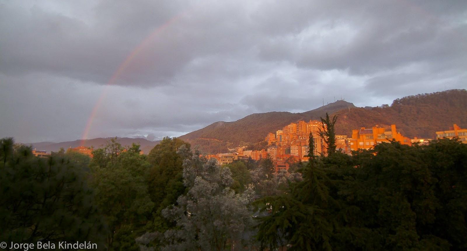 Arco iris sobre los Cerros Orientales de Bogotá. Foto: Jorge Bela