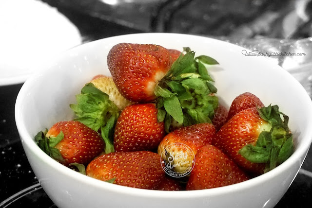 Strawberry segar yang digunakan untuk melengkapi vanilla bean puding