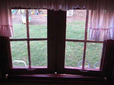 ventana-con-visillos-casita-con-palets-recuperados