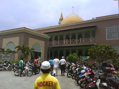 Nak Keluar Masjid Pun Susah ...