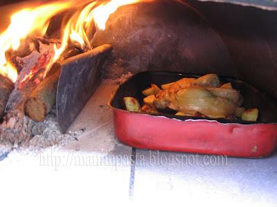 mani in pasta pollo arrosto con patate cotto nel forno a