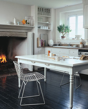 14 beautiful kitchens with fireplace interior design photo interiors and design less ordinary for Kitchen chimney interior design