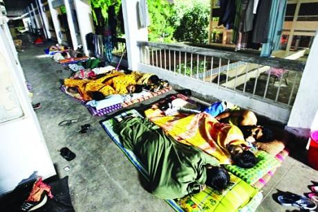 ঢাকা বিশ্ববিদ্যালয়ের শিক্ষার্থীরা বারান্দায় ঘুমাচ্ছে