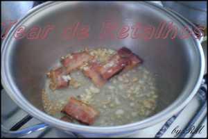 Colocar os temperos em uma panela e refogá-los antes de colocar o feijão cozido