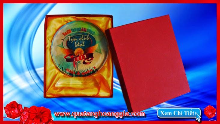 Được làm bằng chất liệu đắc biệt, chiếc kỷ niệm chương pha lê với vẻ đẹp sắc sảo, tinh tế và lung linh sẽ làm một vật phẩm quà tặng vinh danh ý nghĩa