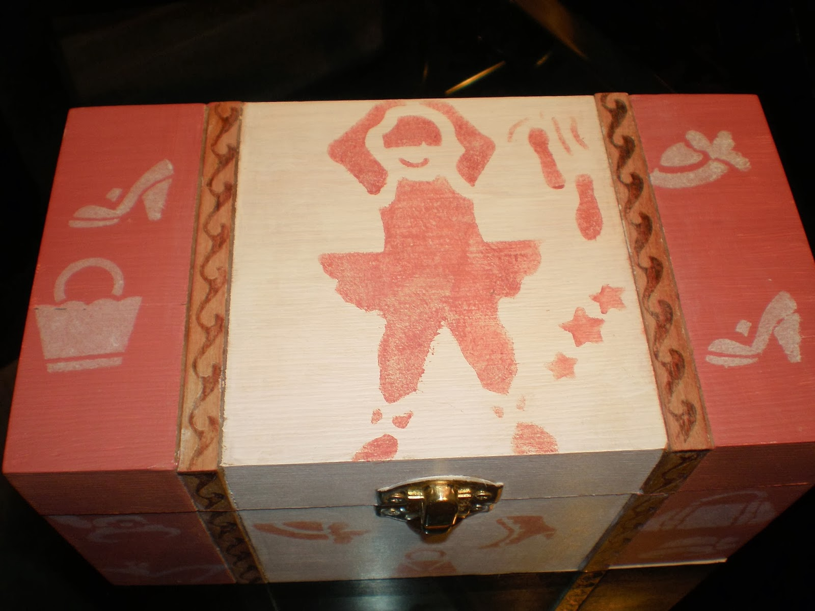 caja con estarcido