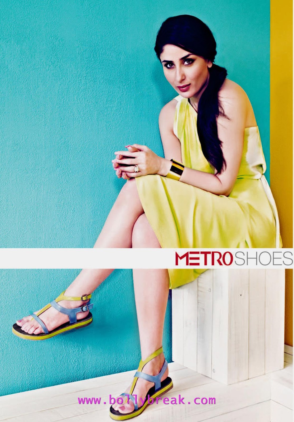 Kareena Kapoor Metro shoes HQ -  Kareena Kapoor HQ Pics