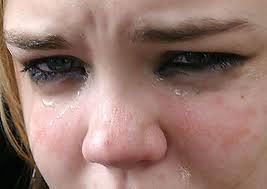 غرائب :بريطانية تعانى من مرض نادر يجعلها تتجنب البكاء والأمطار