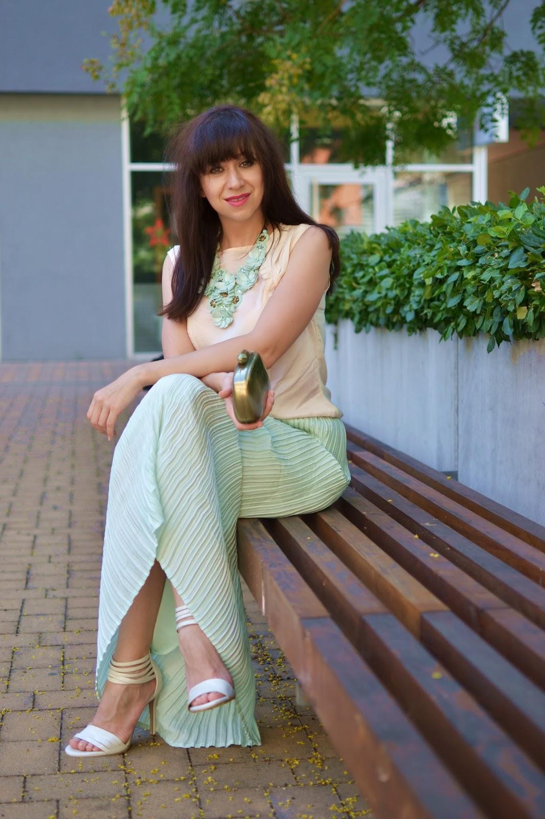 More time_Katharine-fashion is beautiful_Maxi mint sukňa_Masívny náhrdelník_Biele sandále_Katarína Jakubčová_Fashion blogger