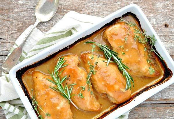 Запеченная курица под густым соусом (блюдо, которое готовится практически само)