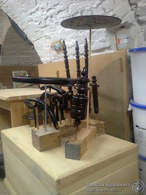 Реставрационная мастерская по дереву, детали стула, покрытые лаком