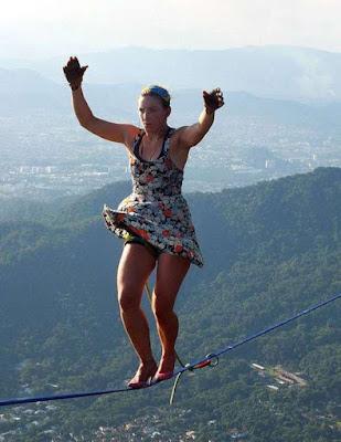 Americana Ragazza che cammina sulla corda, fino a 840 metri tacchi alti