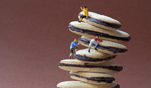 04-Christopher-Boffoli-Bio-Miniatures-with-Food-Climbers