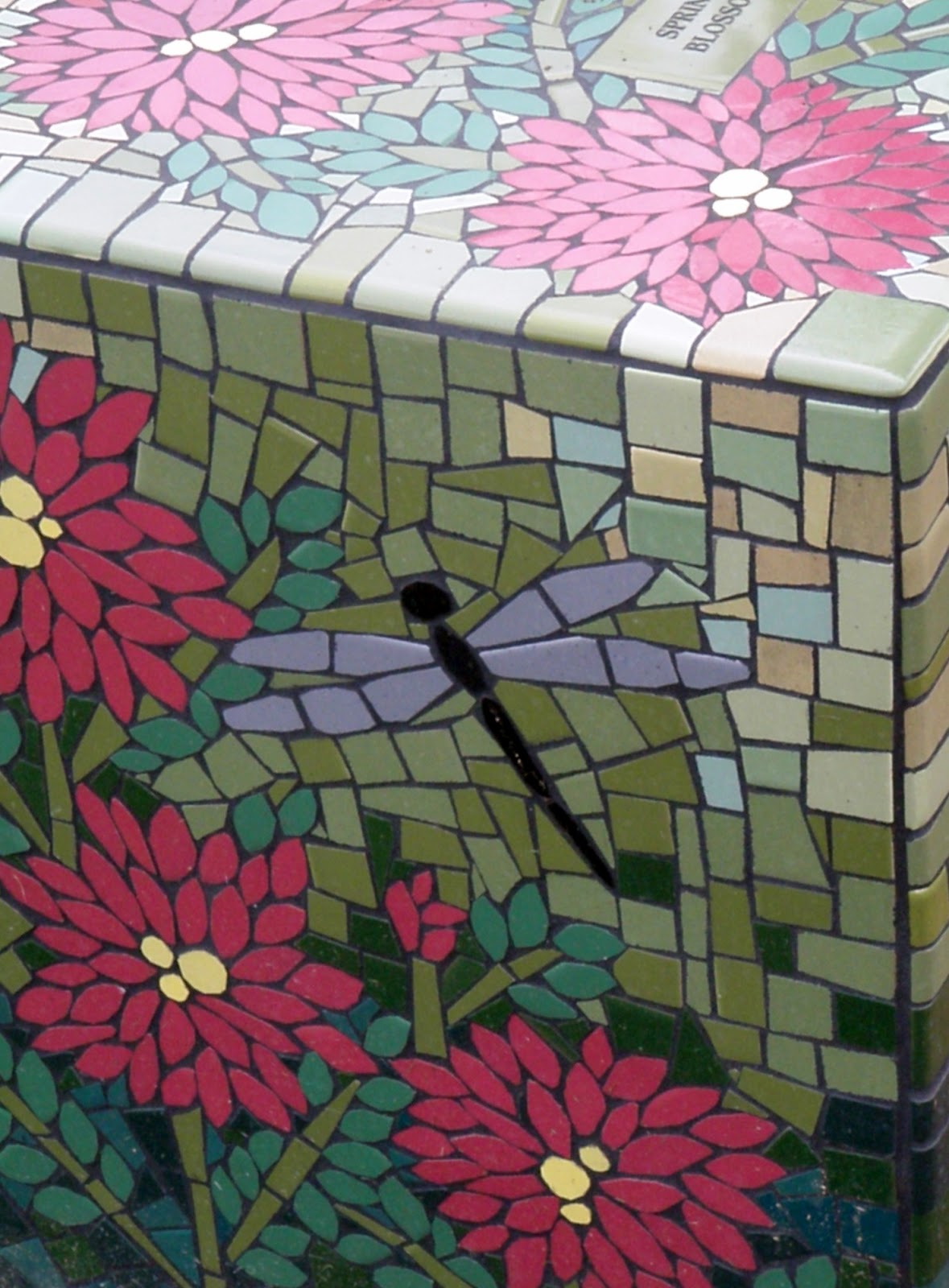 Cabin cottage a mosaic garden for Mosaic ideas for the garden