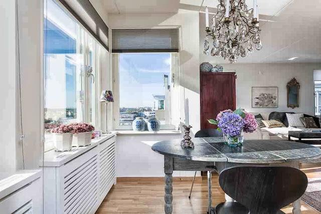 Widok z kuchni na salon w skandynawskim wnętrzu