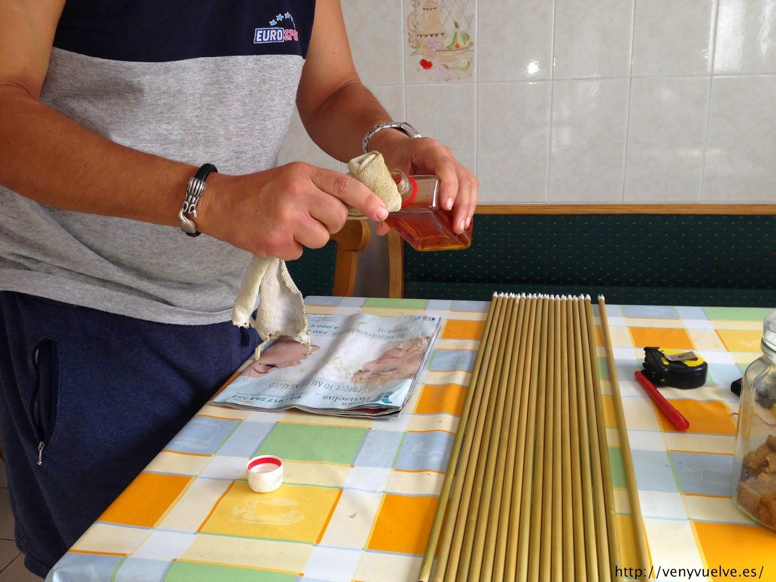 aplicando la gomalaca con muñequilla