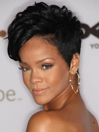 Güzelliği ile fırtınalar kopartan ünlü ses sanatçısı Rihanna her zaman olduğu gibi saçlarının sol yan kısmını kazıttırmış ve saçlarının sağ yan kısmını ise biraz daha uzun kestirmiştir. Saçlarının uzun olan kısmına el yordamı ile hareket verdirmiş ve oldukça çarpıcı bir görünüm elde etmiştir.