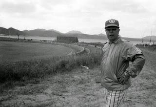 80年、名護球場前でポーズをとる日本ハムの大沢啓二監督