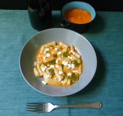 gkogkes con sugo di peperoni, pesto di basilico e feta