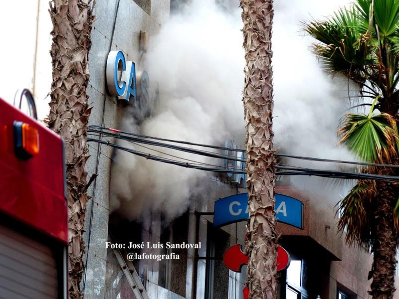 Varias dotacones de bomberos en el incendio de la casa de Galicia, Las palmas de Gran Canaria