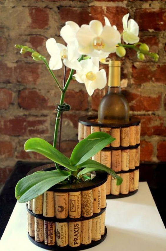 Vaso decorado com rolhas usadas