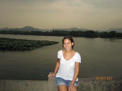 Isa en un puente del lago de Huangzhou.