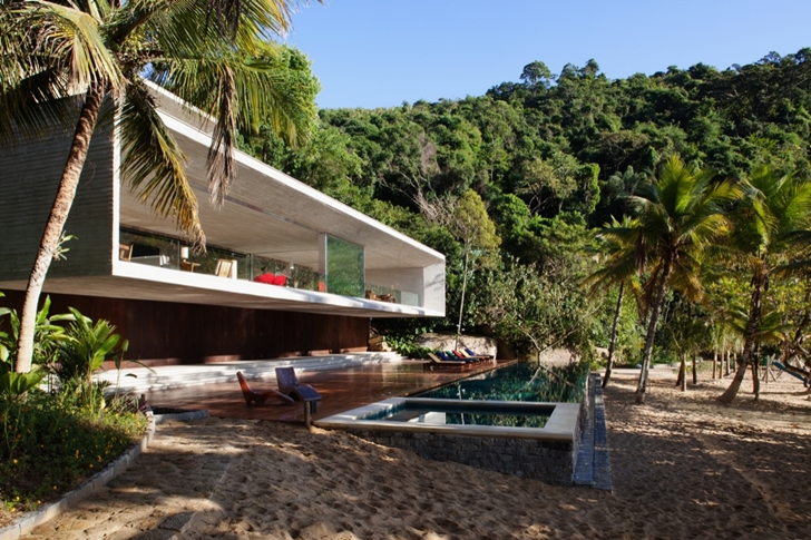 Swimming pool in Paraty House by Marcio Kogan