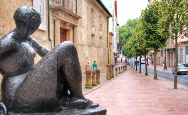 Escultura Mujer sentada de Manuel Martinez Hugue en Oviedo