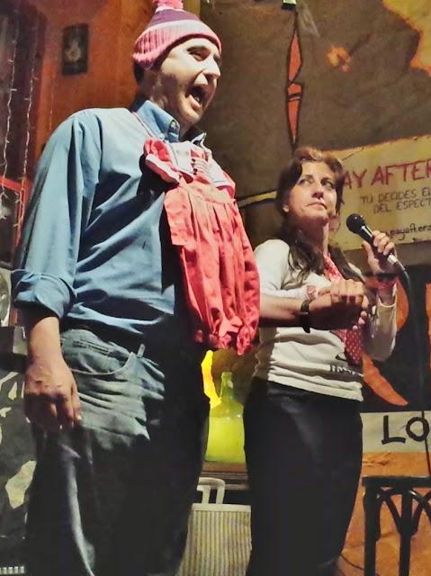 Actuación de Isabel Camiña en el Café Tarifa: humor y magia en la garganta