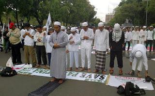 Massa FPI salat berjamah di depan Balai Kota DKI Jakarta, Jumat (23/11/2012) petang.