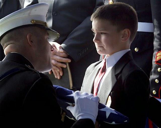 20 Foto Penuh Emosi Yang Membuat Terharu Bendera Kehormatan