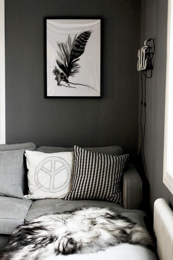 konsttryck, annelie, konsttryck by annelie, fjäder, handmålad fjäder, tavlor, säljes, tavla 50 X70 cm, neonljus, vardagsrum, tavla i vardagsrummet, fårskinn i soffa, grå vägg, kuddar i soffan, peace kudde, rutig kudde i svart och vitt från ikea, inredning i vardagsrum, grå tygsoffa, mio, soffa från mio, militärtyg på soffa, grått tyg,