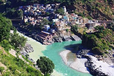 Pertemuan Sungai Alaknanda dan Bhagirathi di Devaprayage, India.