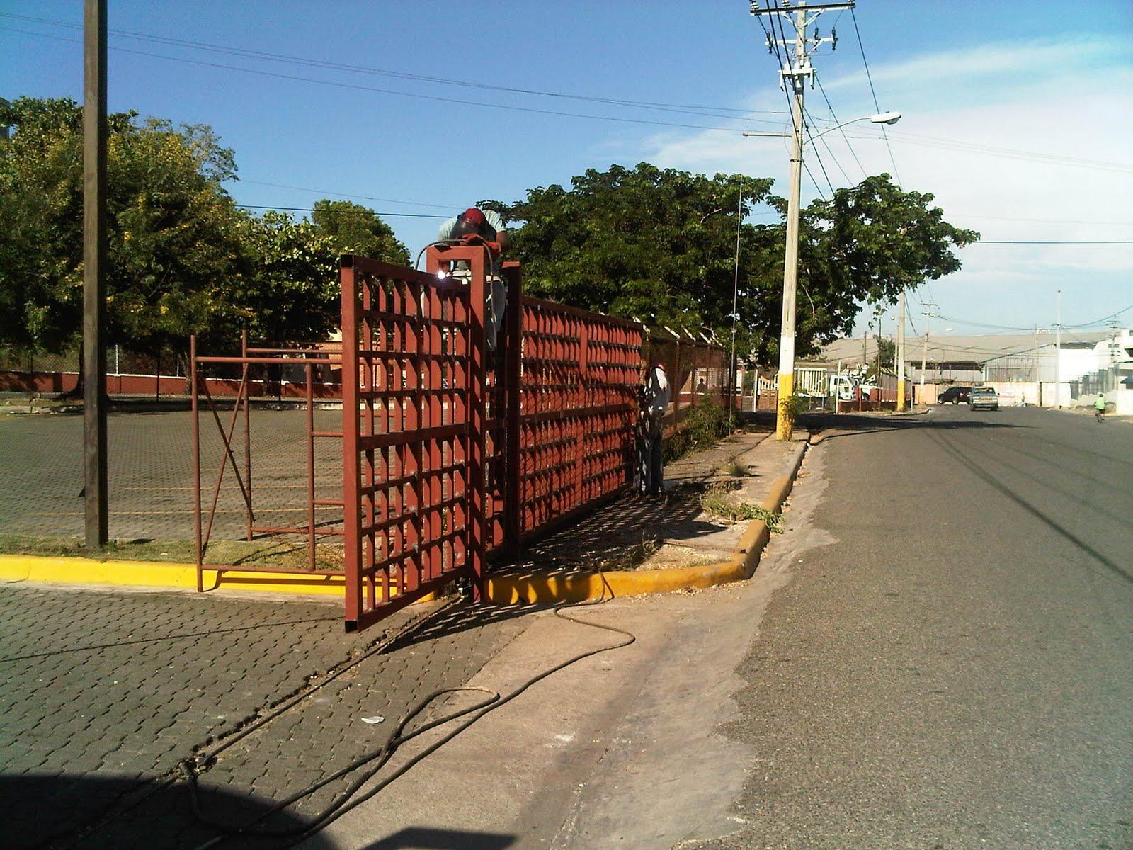 Portones met licos puertas de asceso estructuras metalicas naves industriales escaleras - Puertas para naves industriales ...