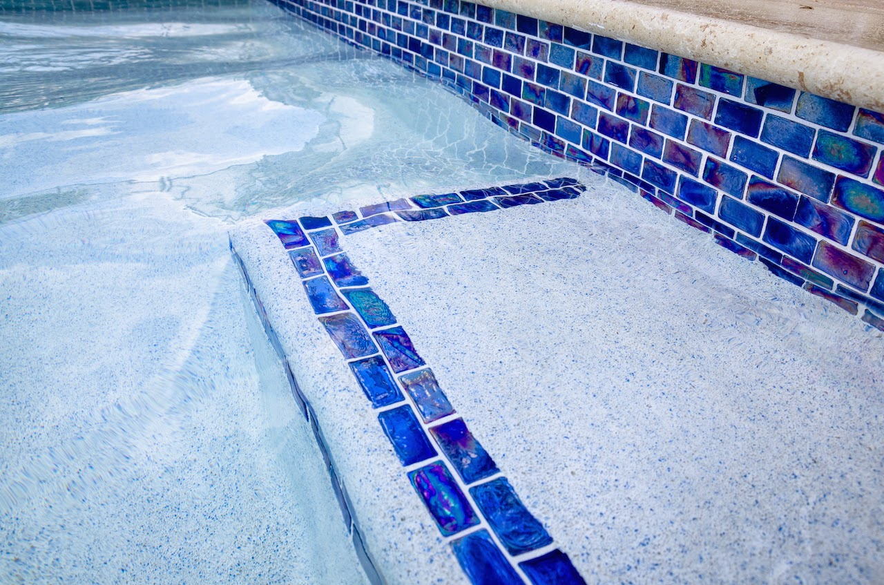 Define your pool with a contrasting tile line