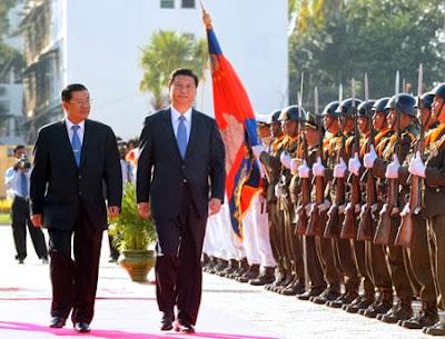 Phó Chủ tịch TQ Tập Cận Bình (phải) và Thủ tướng Campuchia Hun Sen